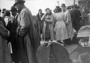 Het Britse marineschip Venomous nam de vluchtelingen aan boord.